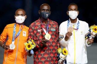 Η απονομή στους νικητές του μαραθωνίου στην τελετή λήξης των Ολυμπιακών Αγώνων