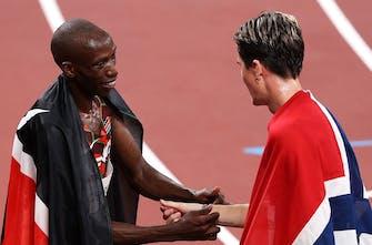 Κορυφαία στιγμή: Ο Κενυάτης υποκλίνεται στον Νορβηγό και του χαρίζει το μπρασελέ με τα εθνικά χρώματα της Αφρικανικής χώρας