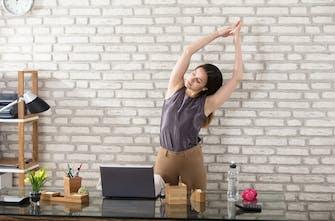 Πέντε ασκήσεις γραφείου για «ξεσκούριασμα» και να αποφύγουμε την κόπωση