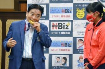 Ιαπωνία: Δήμαρχος δάγκωσε το μετάλλιο αθλήτριας και η ΔΟΕ θα το αντικαταστήσει!