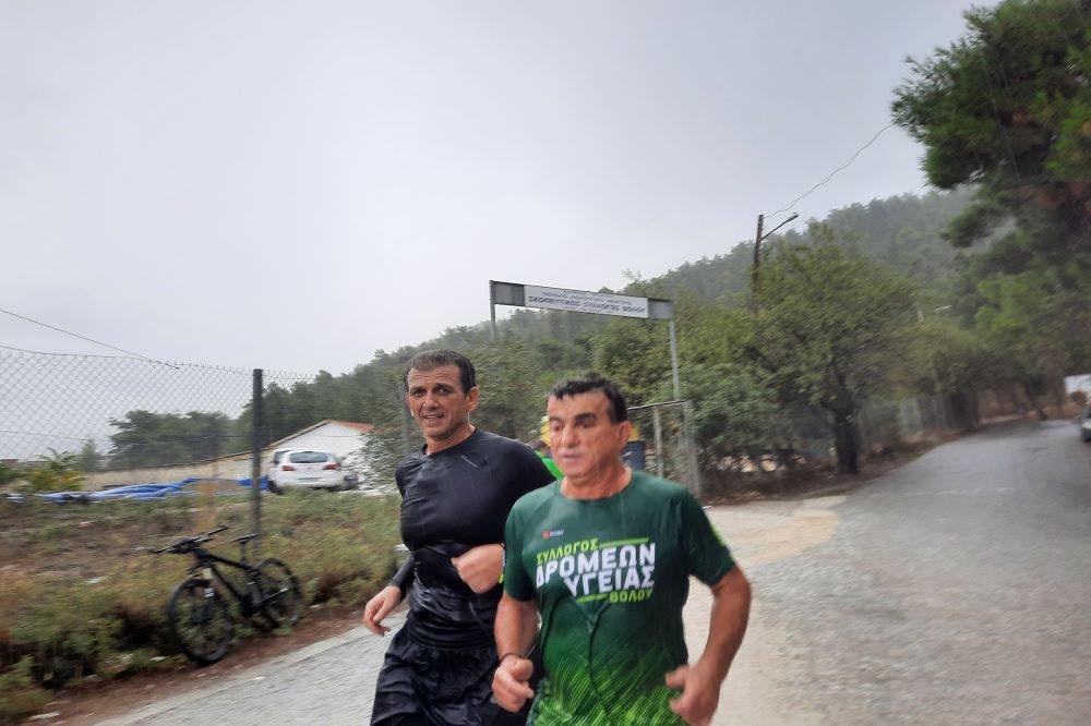 2ος Ηρακλής Γορίτσα Trail Run: Η μοναδική στιγμή του τερματισμού του τυφλού δρομέα Γιώργου Παρίσση