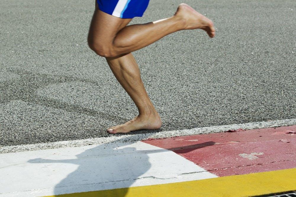 Barefoot running: Τι είναι, που βοηθάει και τι λένε οι νέες έρευνες