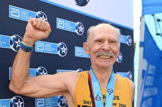 Εκπληκτικός ο 70χρονος Δ. Χρόνης που τερμάτισε σε 3:44 στο Βερολίνο και έγινε 6 star finisher!