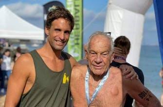 Συγκλονιστικός ο 84χρονος Κώστας Ψάλτης στο Spetses Mini Marathon κολυμπώντας 1.500 μέτρα σε χρόνο 52.54