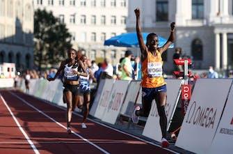 Νέο παγκόσμιο ρεκόρ από την Niyonsaba στα 2.000μ.