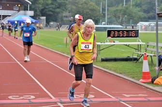 81χρονη έτρεξε 122 χιλιόμετρα σε αγώνα 24 ωρών! (Vid)