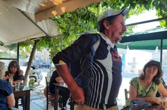 72χρονος Αυστριακός επισκέπτεται για 52 συνεχόμενα χρόνια την Κρήτη για να βαδίσει 20-30 χιλιόμετρα καθημερινά!