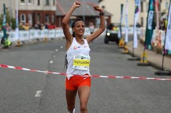 Παγκόσμιο ρεκόρ στον ημιμαραθώνιο γυναικών από την Yalemzerf Yehualaw με χρόνο 1:03.43