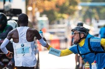 Ο άνθρωπος πίσω από τα μπουκάλια της τροφοδοσίας του Παγκόσμιου ρεκόρ (Vid)