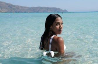 Εντυπωσιάζει με την παρουσία της στην Κρήτη η Μαμόνα (Pics)