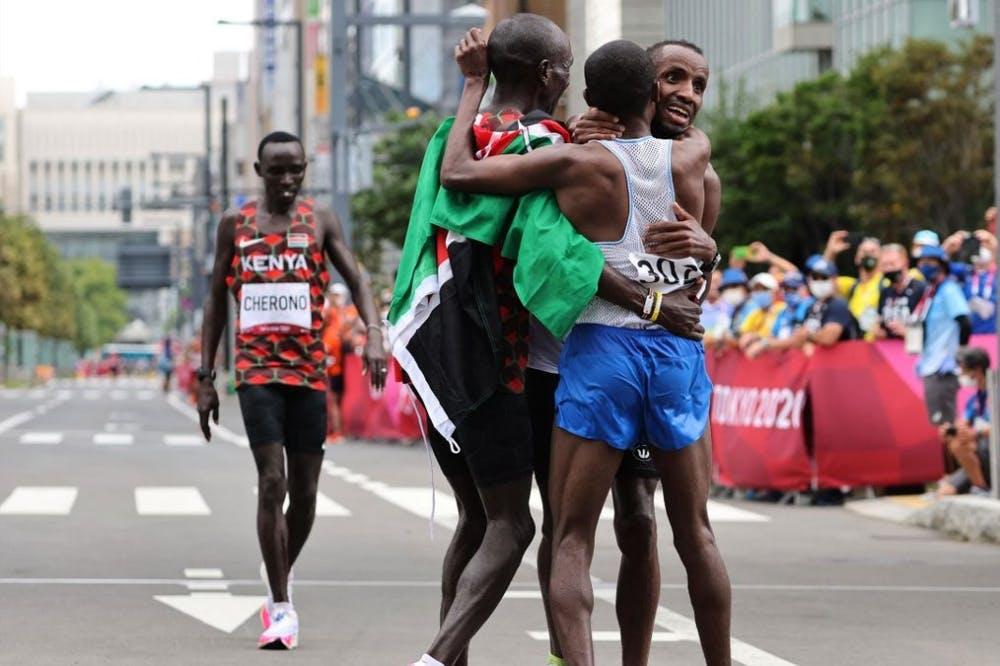 Μαραθώνιος Ολυμπιακών Αγώνων: Ο Nageeye ενθάρρυνε τον Abdi στα τελευταία 200 μέτρα για το χάλκινο! (Vid)