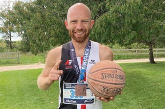 Έτρεξε τον γρηγορότερο μαραθώνιο του κόσμου ντριμπλάροντας με μπάλα του μπάσκετ!