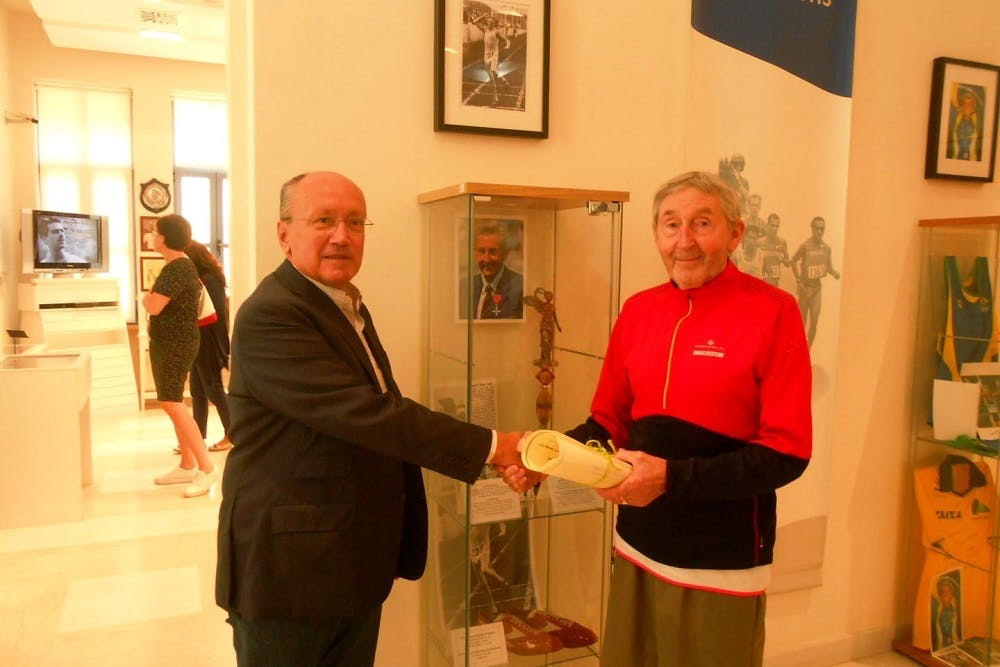 H «επιστροφή» του Ron Hill στον Μαραθώνα 50 χρόνια μετά τη νίκη του στο Ευρωπαϊκό της Αθήνας