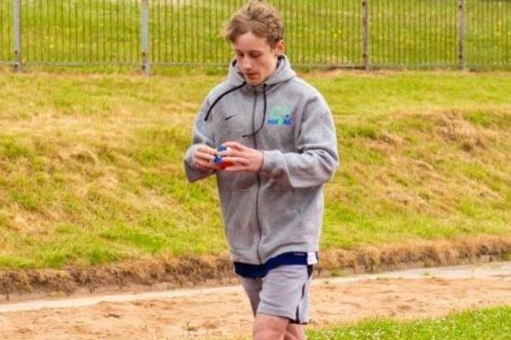 Μπήκε στα ρεκόρ Guinness τρέχοντας 100 μέτρα και λύνοντας τον κύβο του Rubik